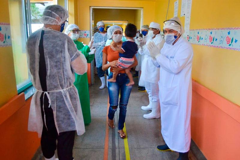Criança recebe alta em Parintins após tratamento de Covid-19