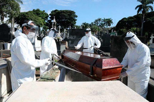 Em Belo Horizonte, coveiros usam equipamentos de proteção contra Covid-19 (Foto: Adão de Souza-PBH/Fotospublicas)