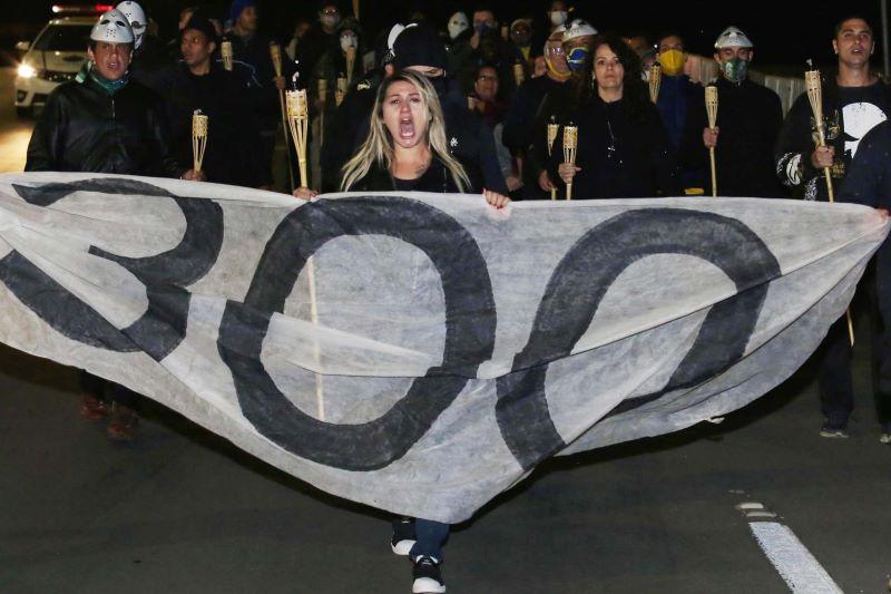 Sara Winter lidera manifestação em Brasília