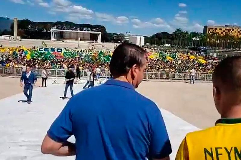 Presidente Jair Bolsonaro e manifestantes