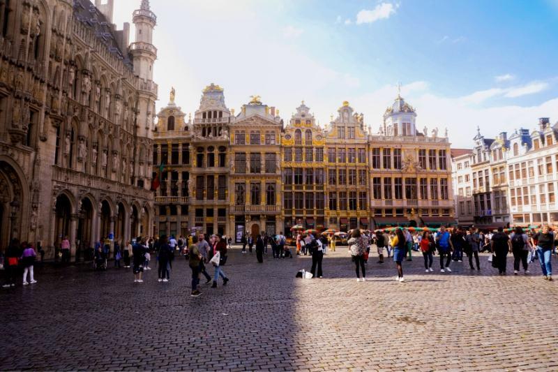 Em Bruxelas, na Bélgica, moradores fazem fila para receber doações (Foto: Danial Kalbasi/Unsplash)