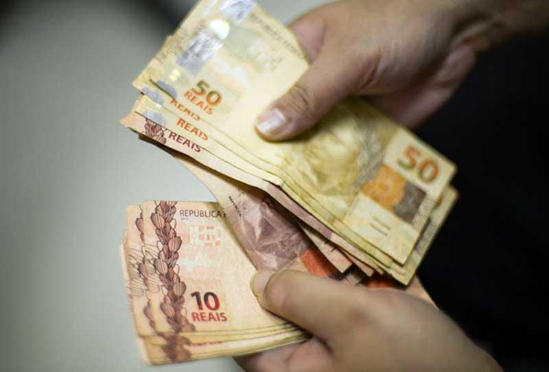 Para receber o auxílio, a renda familiar deve ser de até R$ 522,50 por pessoa ou de até três salários mínimos (Foto: Marcello Casal/Agência Brasil)