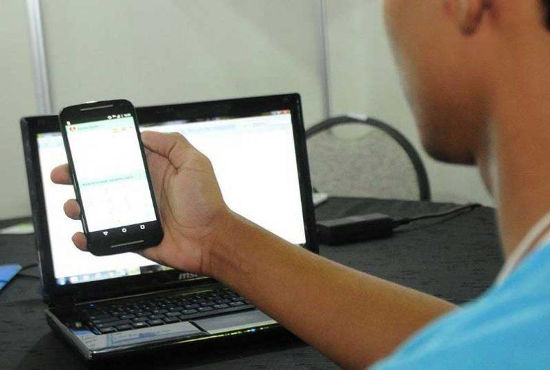 A disparidade no acesso à internet entre as classes sociais dificulta o acesso ao estudo virtual (Foto: Álvaro Henrique/Secretaria de Educação)