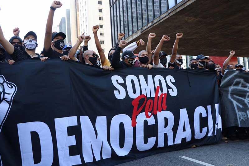 Historicamente rivais, as torcidas do Corinthians, Palmeiras, Santos e São Paulo organizaram manifestação pela democracia na Avenida Paulista (Foto: Pam Santos/Fotos Públicas)
