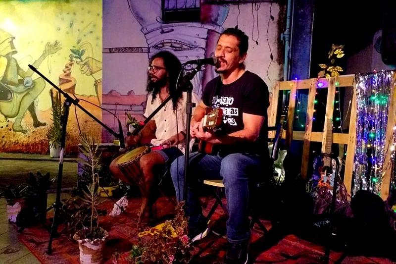 'Sindicato dos Artistas Carentes', banda de Magaiver Santos e André de Moraes, transmite show ao vivo (Foto: Vívian Oliveira)