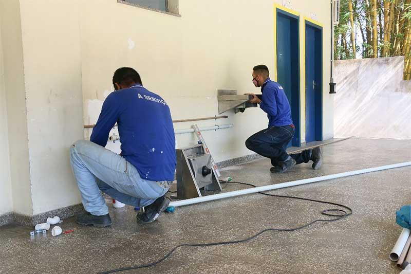 Escola recebe pias para reinício das aulas (Foto: Eduardo Cavalcante/Seduc)