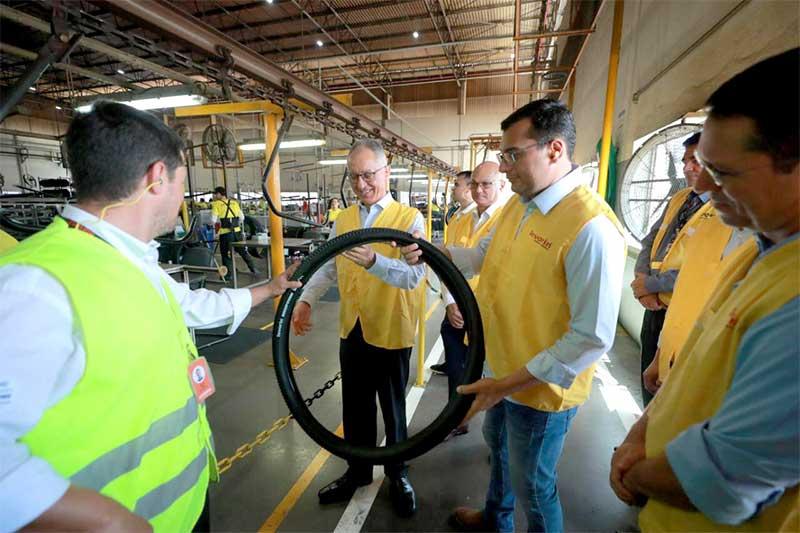 Wilson Lima na fábrica da Michelin - Foto Diego Peres