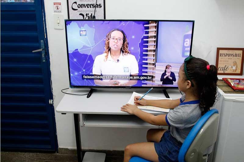 Aluna assiste aula pela TV - Foto Ione Moreno-Semcom