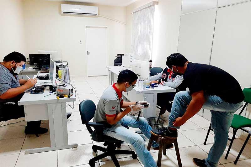 Colocação de tornozeleira eletrônica com tecnologia 3G (Foto: Seap/Divulgação)