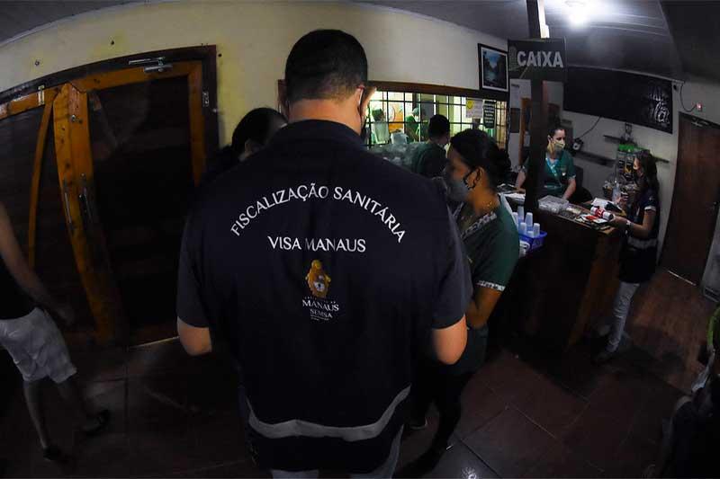 Agente da Visa Manaus inspeciona café da manhã (Foto: Ingrid Anne/Semcom)