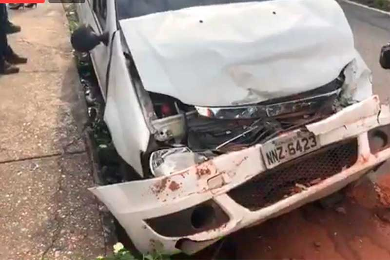 Dianteira do carro ficou destruída (Foto: Divulgação)