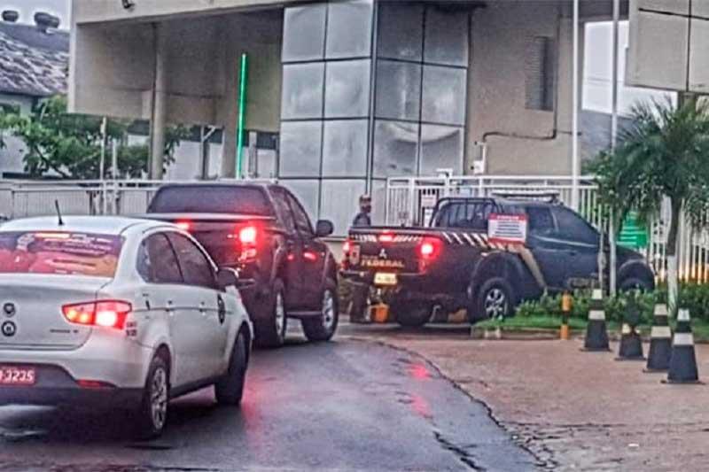 Agentes da PF cumprem mandados em condominio de luxo em Manaus (Foto: Divulghação)