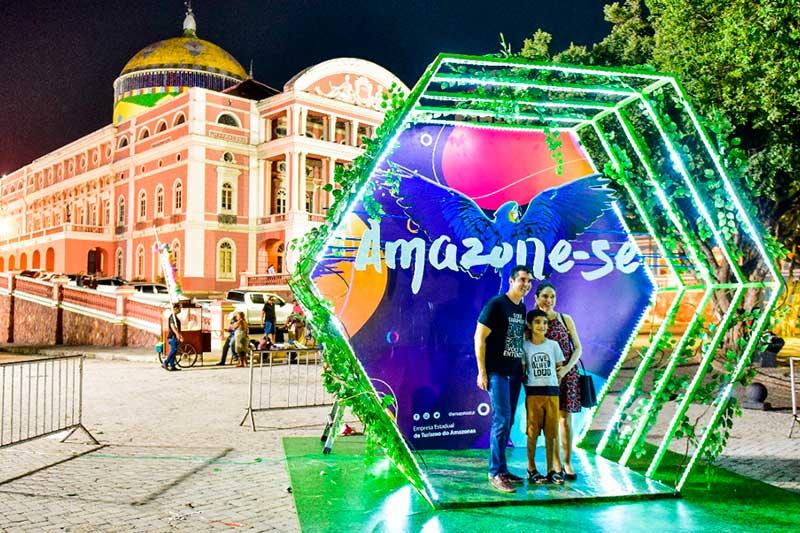 Cabine serve de ponto para fotos em frente ao Teatro Amazonas (Foto: Janailton Falcão/Amazonastur)
