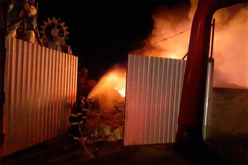 Bombeiros controlaram fogo na noite desta terça-feira (Foto: Bombeiros Parintins/Divulghação)