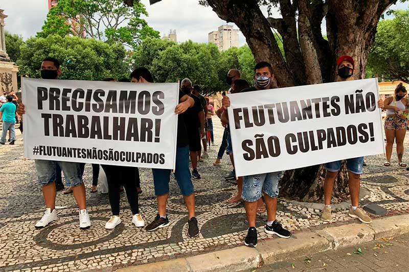 Donos de flutuantes exibiram cartazes pediram retorno do trabalho (Foto: Murilo Rodrigues/ATUAL)