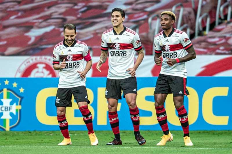 Everton Ribeiro, Pedro e Vitinho festejam empate (Foto: Marcelo Cortes/Flamengo)