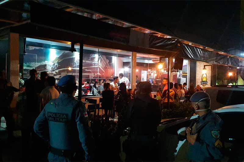 Policiais fecham bar por descumprir regras de prevenção à Covid-19 (Foto: SSP-AM)