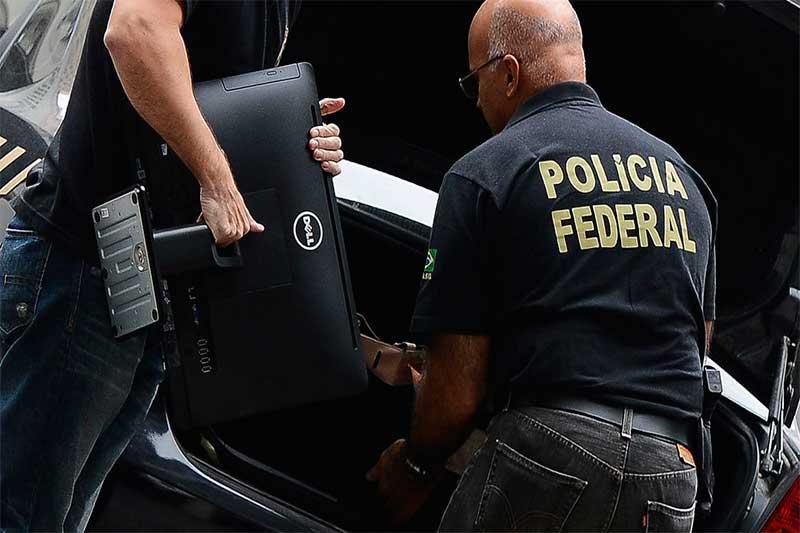 Agentes da Polícia Federal apreendem computadores (Foto: Tânia Rêgo/ABr)