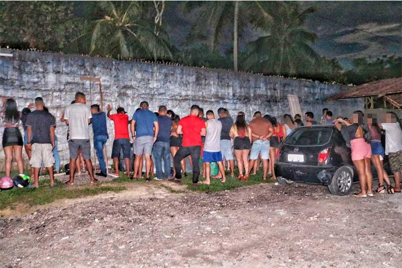Participantes de festa foram revistados antes de serem liberados (Foto: Carlos Soares/SSP-AM)