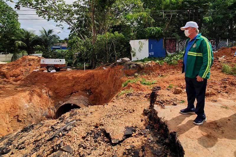 Arthur Neto inspecionou obra em trecho de avenida (Foto: Semcom/Divulgação)
