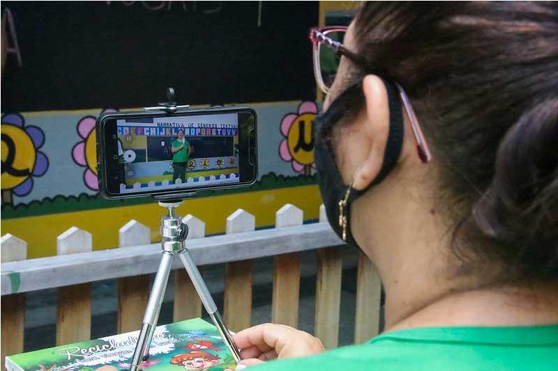 Professora ministra aula pela internet: reforço no salário em dezembro (Foto: Alex Pazuello/Semcom)