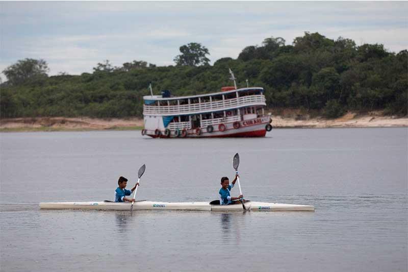Projeto de canoagem inclui crianças (Foto: Bruno Kelly/FAS/Divulgação)