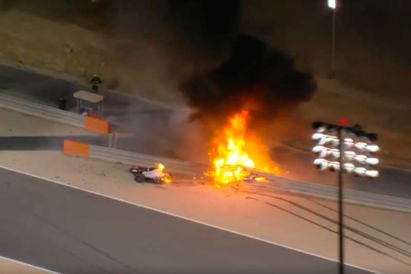 Carro se parte ao meio e esplode ao bater em mureta (Foto: TV Globo/reprodução)