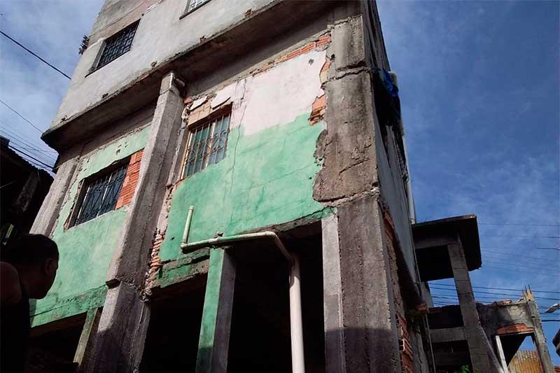 Prédio tinha infiltração de água (Foto: Defesa Civil/Divulgação)