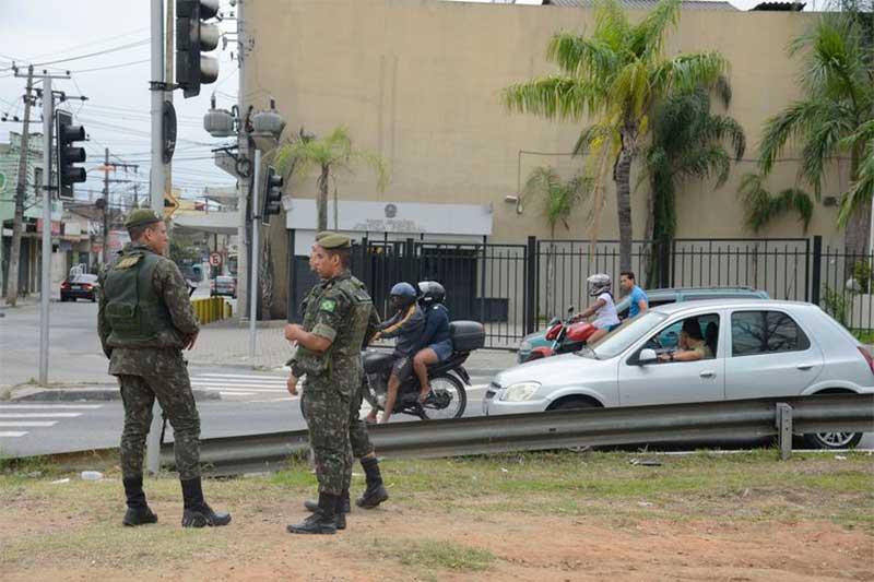 Militares fazem segurança de seção eleitoral: categoria elegeu prefeitos (Foto: Tomaz Silva/ABr)