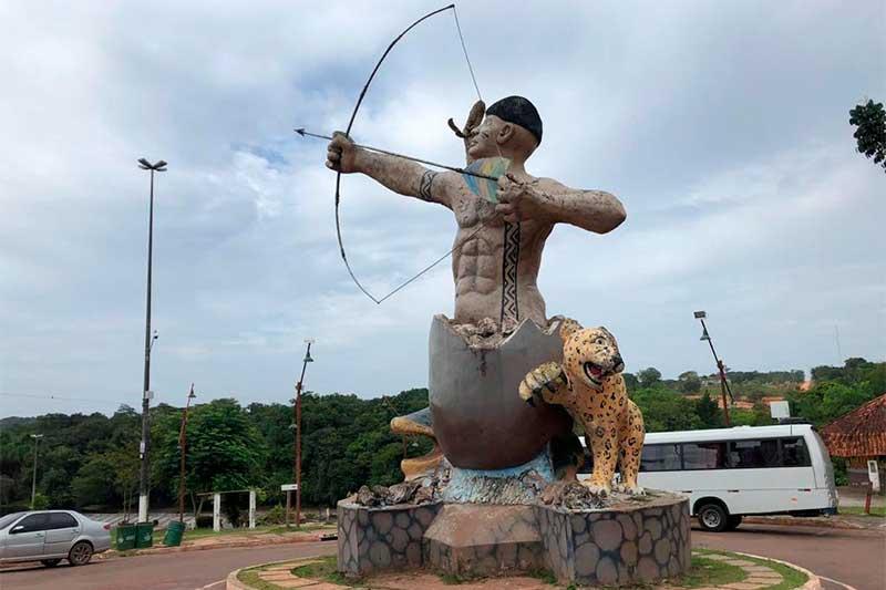 Monumento na entrada de Presidente Figueiredo (Foto: Murilo Rodrigues/ATUAL)