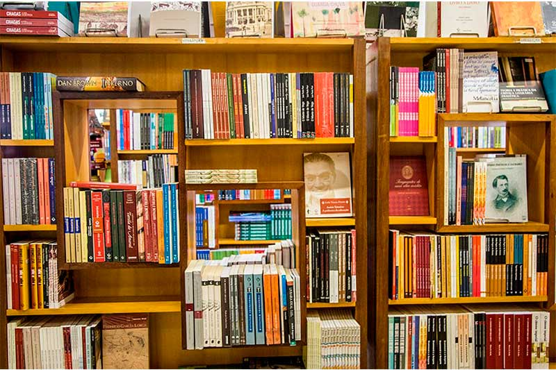 Estante com livros: projeto de lei institui imposto zero (Foto: Beto Monteiro/Secom UnB)