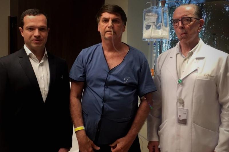 Bolsonaro ao lado dos médicos Luiz Henrique Borsato (esquerda) e Antônio Luiz Macedo (direita) em foto publicada pelo presidente nas redes sociais (Foto: Reprodução/Twitter)