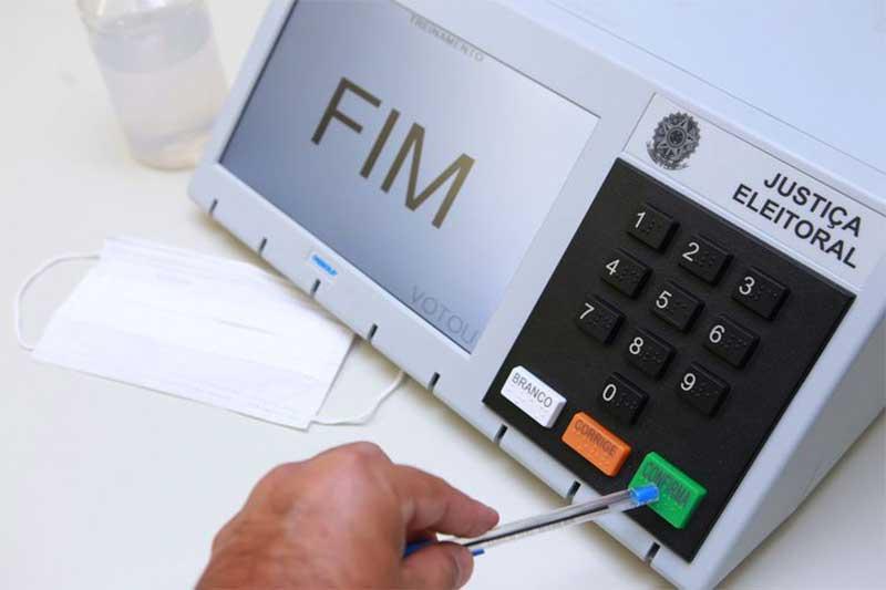 Eleitor pode usar uma caneta para acionar teclas da urna (Foto: Antonio Augusto/Ascom TSE)