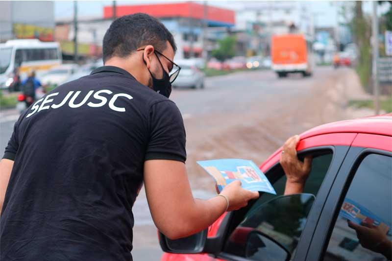 Campanha orienta motoristas a não dar esmolas (Foto: Raine Luiz/Sejusc)