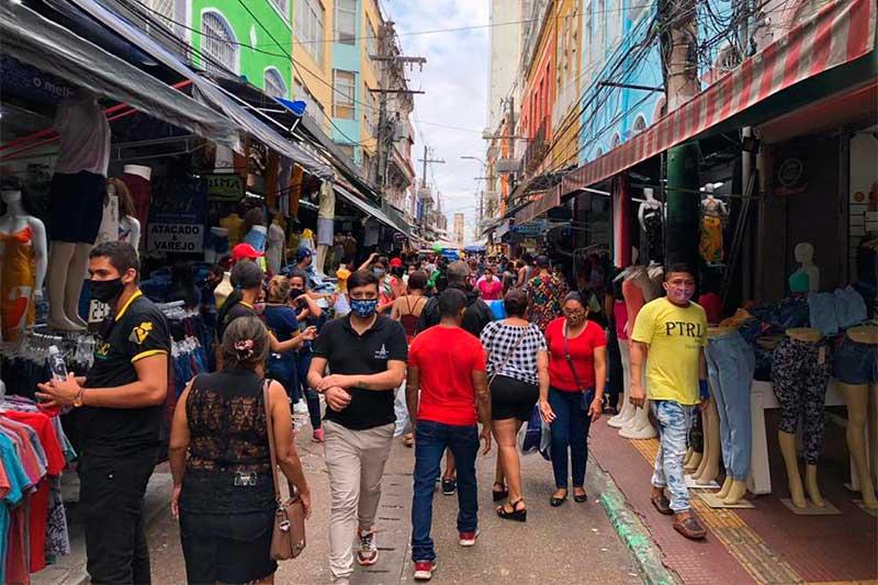 Consumidores na Rua Marechal Deodoro: aglomeração no Centro de Manaus (Foto: Murilo Rodrigues/ATUAL)