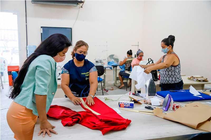 Costureiras: projeto de gereação de renda -foi contemplado (Foto: Karla Vieira/FMS)