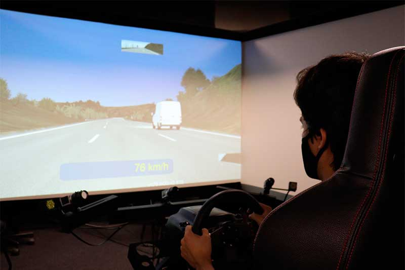 Estudo usou voluntários em teste com simulador (Foto: Henrique Fontes/EESC/USP)