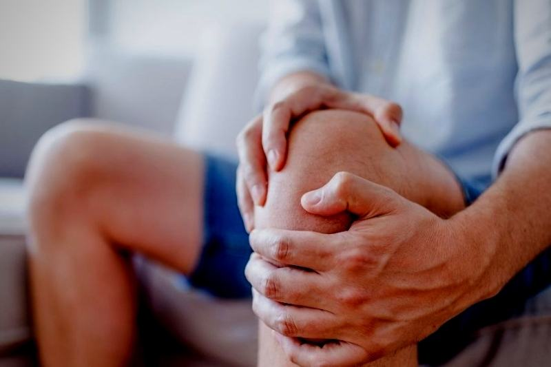 """Dor intensa e sensibilidade nas articulações são os principais sintomas da artrite gatosa, mais conhecida como """"gota"""" (Foto: Divulgação)"""