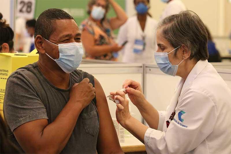 Agente de saúde recebe vacina contra a Covid-19 (Foto: Rovena Rosa/ABr)