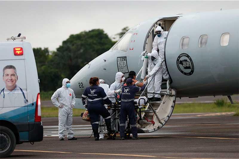 Paciente é embarcado em avião da FAB em Manaus (Foto: Lucas Silva/Secom)