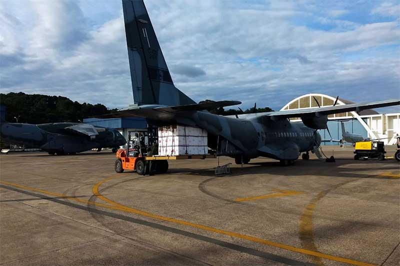 Avião recebe carga de vacinas para trazer a Manaus (Foto: Força Aérea Brasileira/Divulgação)