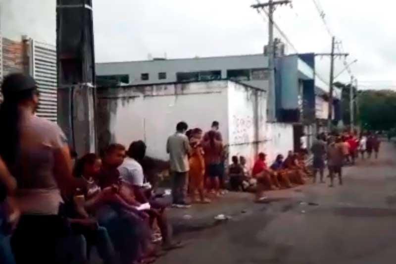 Beneficiários formam fila na Caixa para receber auxílio (Foto: YouTube/Reprodução)