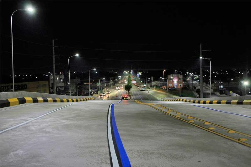 Acesso ao viaduto foi bloqueado para instalar sinalização (Foto: Alex Pazuello/Semcom)
