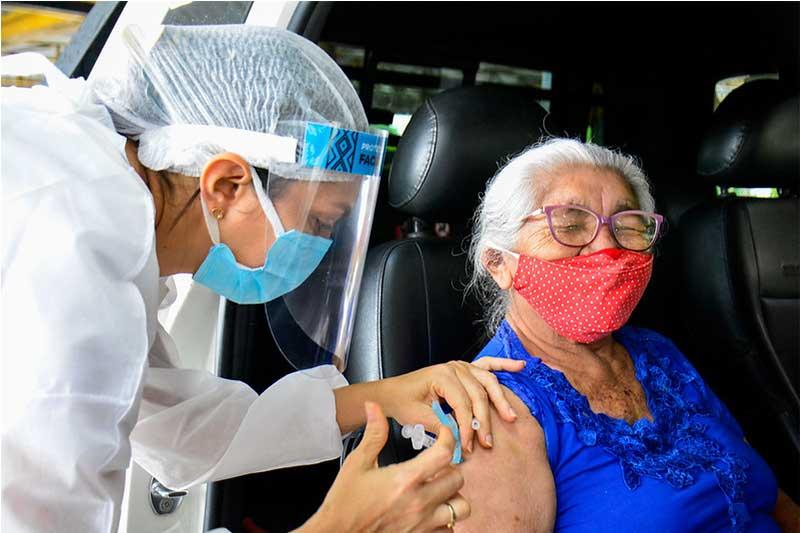 Idosa é vacinada no primeiro grupo da faixa etária de 80 anos (Foto: Valdo Leão/Semcom)