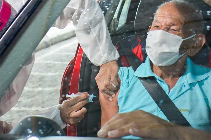 Idoso é vacinado em Manaus: vacinação segue com calendário inalterado (Foto: Valdo leão/Semcom)