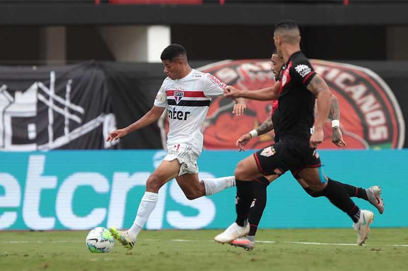 Lance de jogo: São Paulo tropeçou diante do Atlético-GO (Foto: Rubens Chiri/saopaulofc.net)