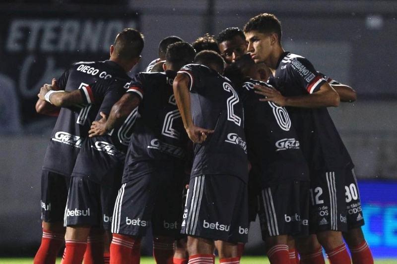 São Paulo enfrenta o Santos em clássico pelo Brasileirão neste sábado, 9 (Foto: Reprodução/ Instagram/ @saopaulofc/ Rubens Chiri/São Paulo FC)