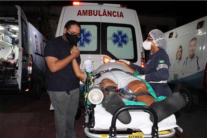 Paciente é embarcado em voo da FAB para Brasília (Foto: Erikson Andrade /SSP-AM)