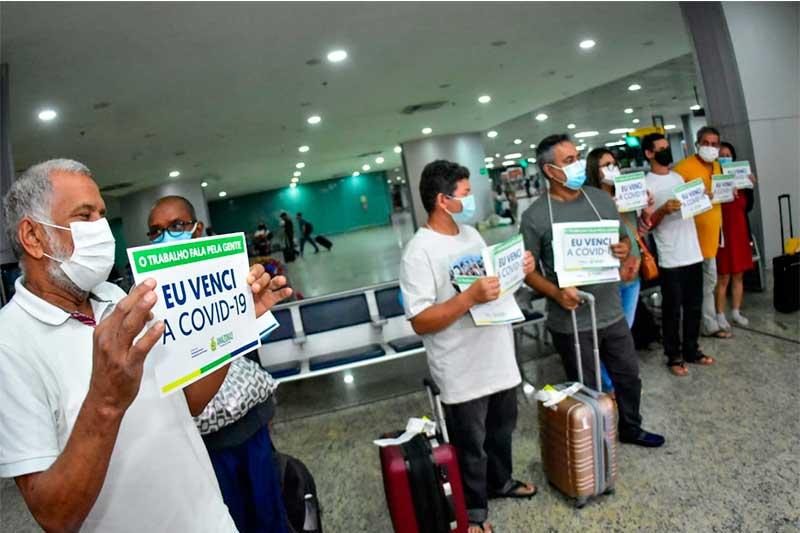 Pacientes exibem cartazes anunciando que venceram a doença (Foto: Mauro Neto/Secom)