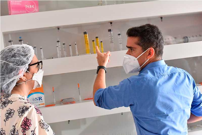 Prefeito David Almeida conhece tipos de seringas em fábrica de Manaus (Foto: Dhyeizo Lemos/Semcom)